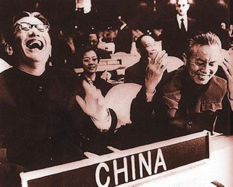 毛泽东:一文能顶两个坦克师,联合国大会上仰天大笑,乔冠华有多强?