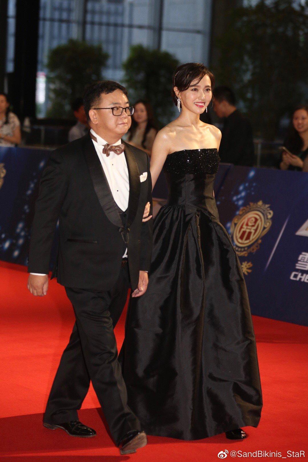 唐嫣早前红毯生图,一袭黑色缎面抹胸长礼服,难得成熟美艳一次!