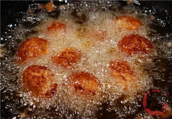 红烧狮子头的正确做法,调肉馅最关键,软糯入味,连吃3个都不腻