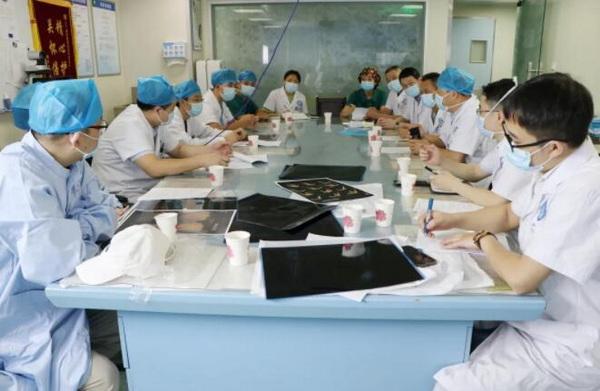 内江市第一人民医院应急救援专家组前往隆昌市为地震伤员会诊
