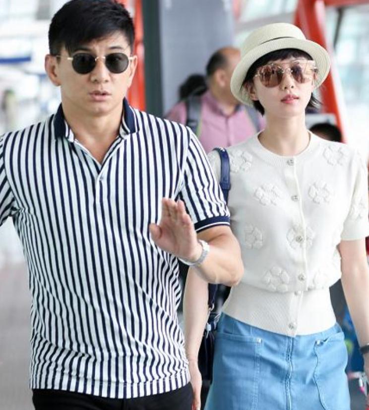 吴奇隆夫妇现身机场,男方身材发福女方依旧曼妙,不忘牵手秀恩爱
