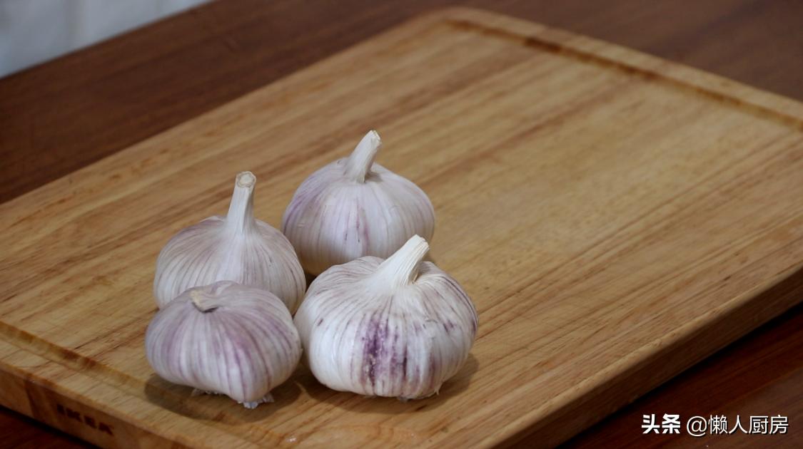這是烤箱版烤大蒜頭的做法,比碳烤得更省事,軟糯鹹香
