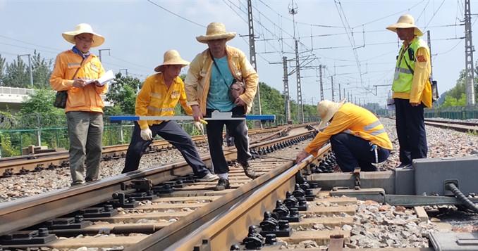 """不服""""暑"""",烈日下""""煎守""""的铁路人"""