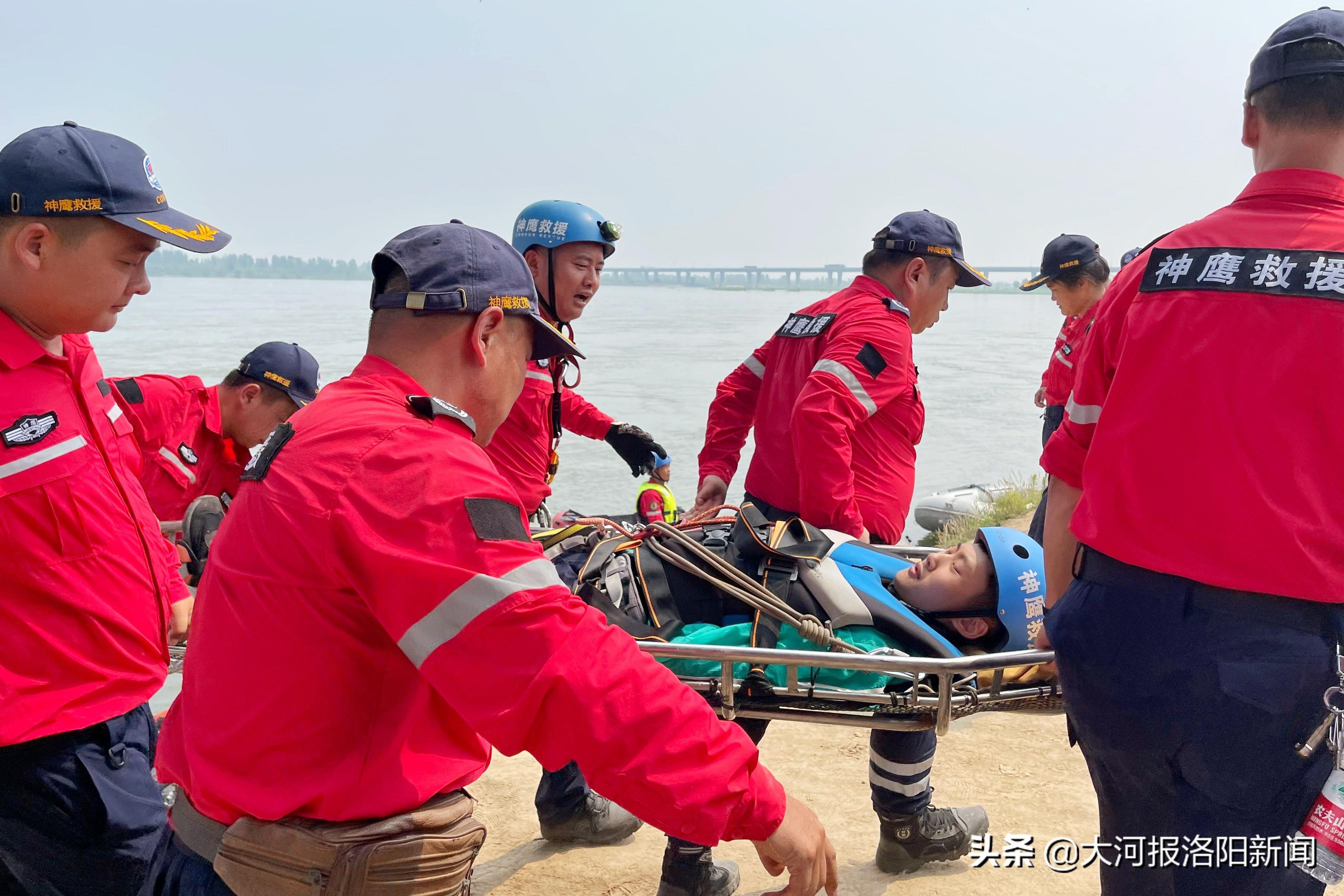 洛阳市神鹰救援队举行夏季防汛演练,并启动保护母亲河活动