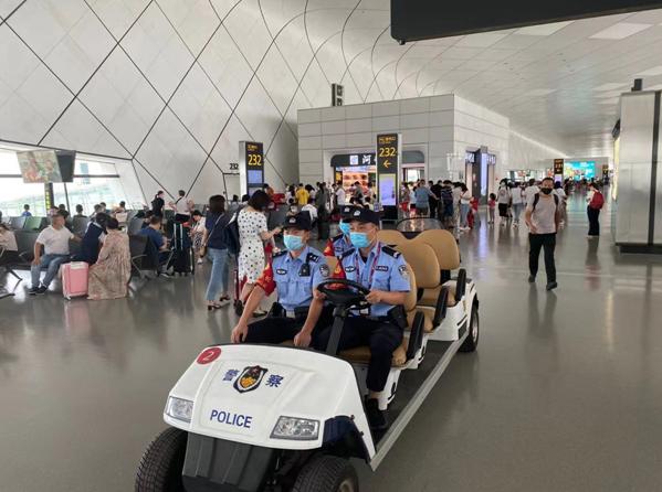 """郑州机场航站楼派出所以""""五严""""全力开展节日安保 护航旅客平安出行"""