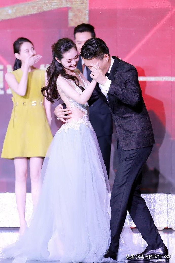 宋轶身着露背裙与靳东跳舞,揭下了时尚性感的遮羞布