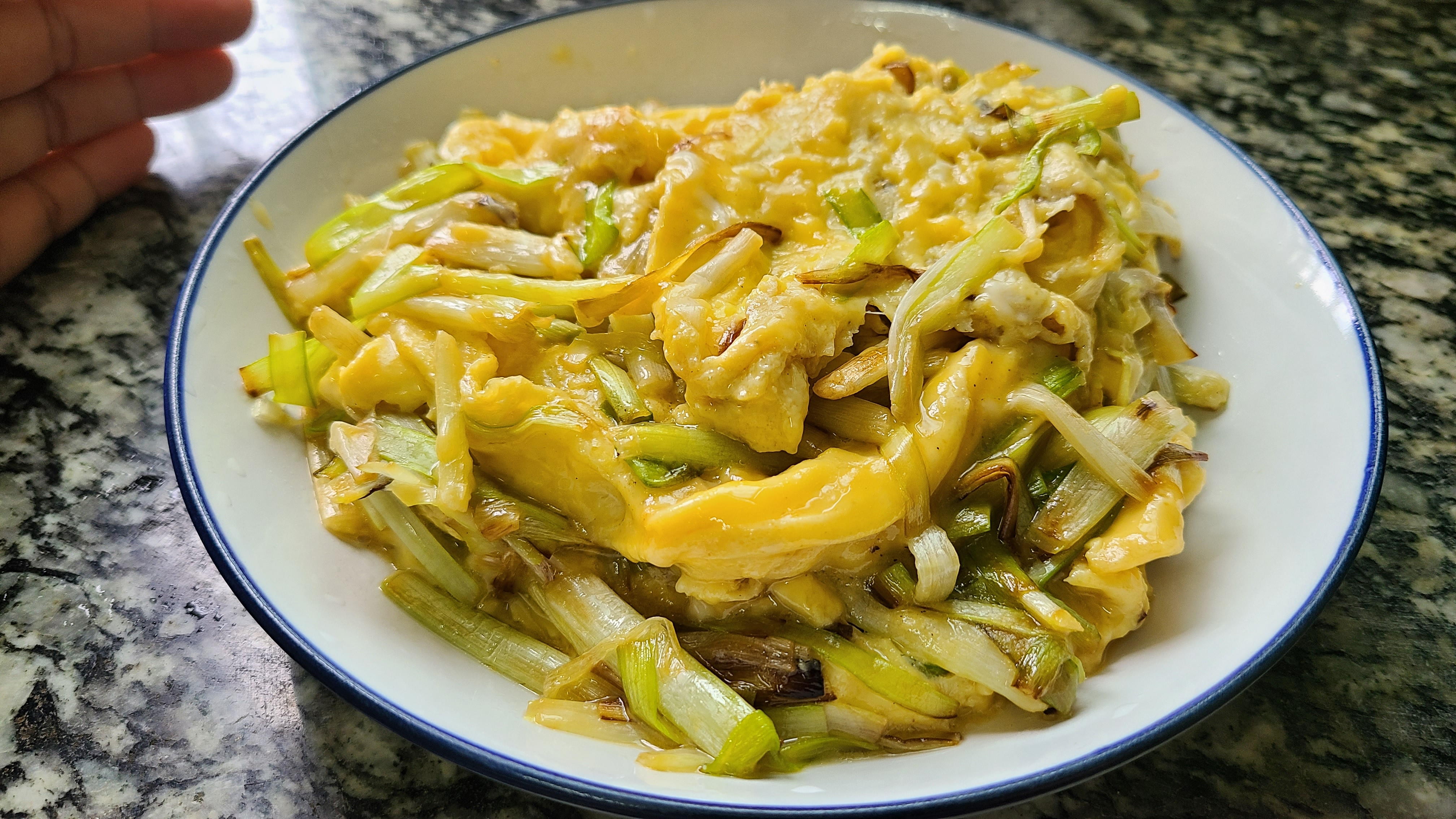 韭黄滑蛋,广东很出名的做法,又嫩又滑又好吃,太香了