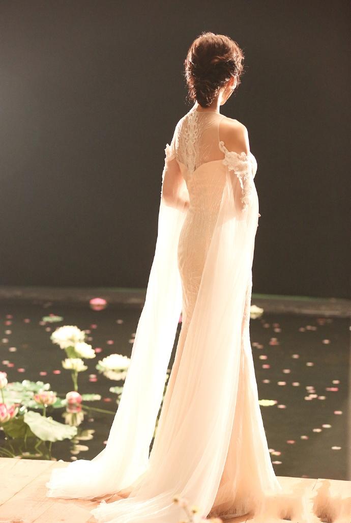 趙雅芝是不會認老的,看她穿仙女裙就知道了
