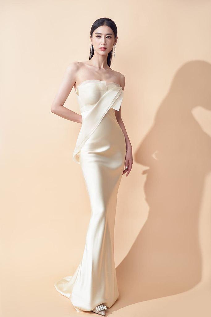 黄圣依穿米白抹胸裙秀窈窕身材
