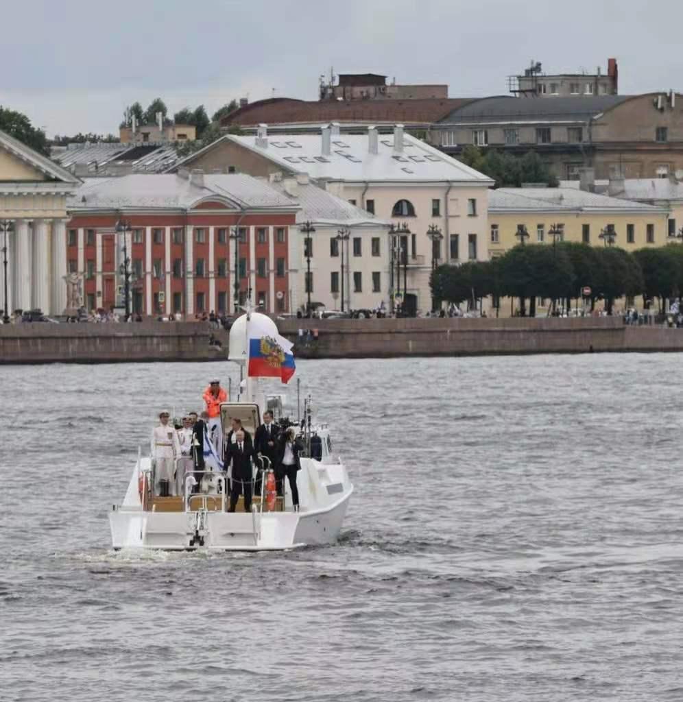 普京出席超级拖网渔船下水仪式,释放了什么信号?