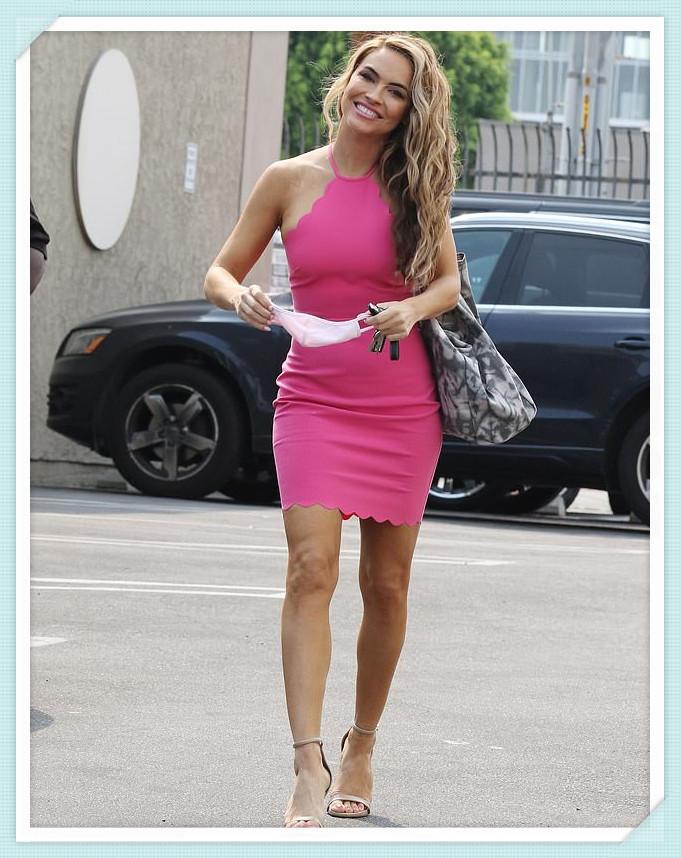 """参加""""与星共舞""""排练时,穿着一件粉红色的迷你裙炫耀她的色调"""
