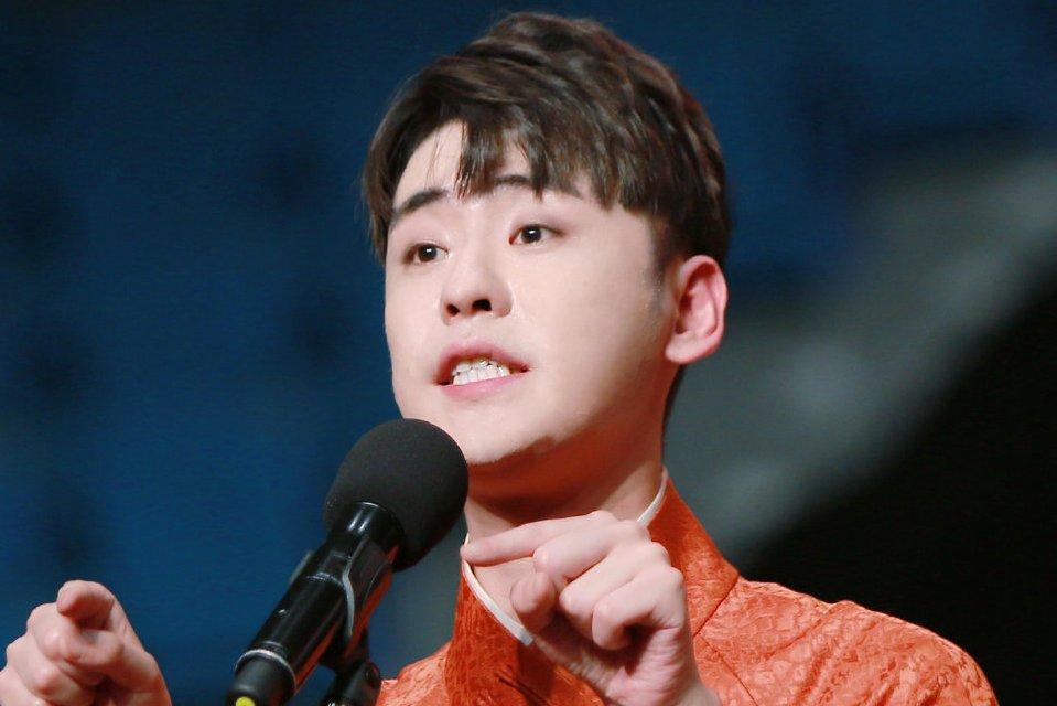 张云雷献唱《牵挂》,耳返话筒出问题,仍凭实力获最具突破男歌手