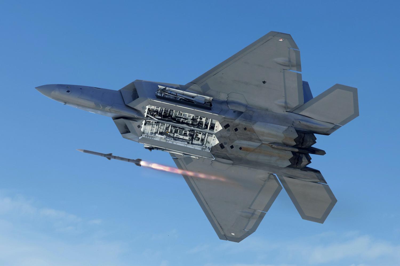当F22遇上苏57会发生什么?不是双雄对决,而是一面倒的屠杀