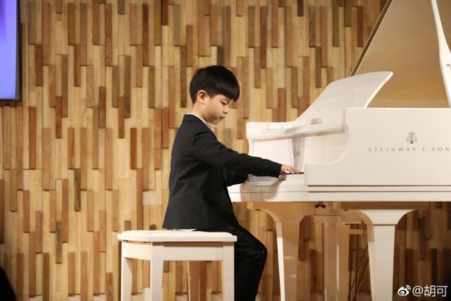 曾經因為練彈鋼琴被難為得哭現在的安吉都能在舞台上表演了