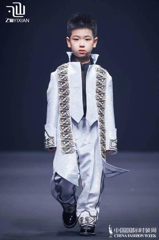 小艺人盛威登、刘秉泽受邀参加中国国际时装周乙仙新品发布会
