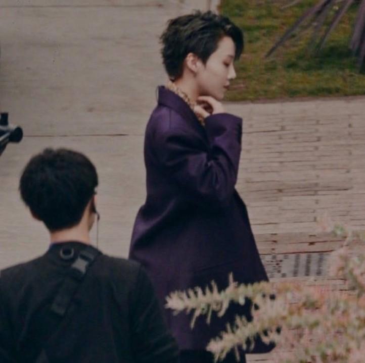 《合作人2》路透,刘雨昕身穿西装像霸总,鞋子却是我不懂的时尚