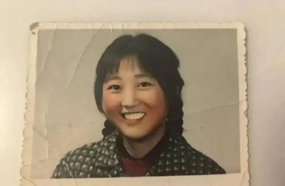贾玲妈妈旧照被曝光,这才是真正的李焕英,和电影中差距好大