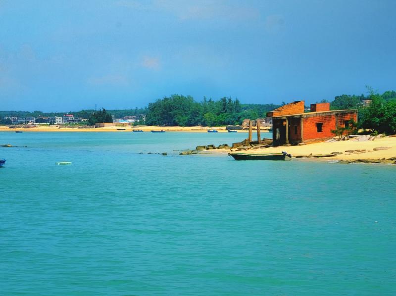 """湛江游记:广东""""离海最近""""的村子,海滩就在房檐下,未开发旅游"""