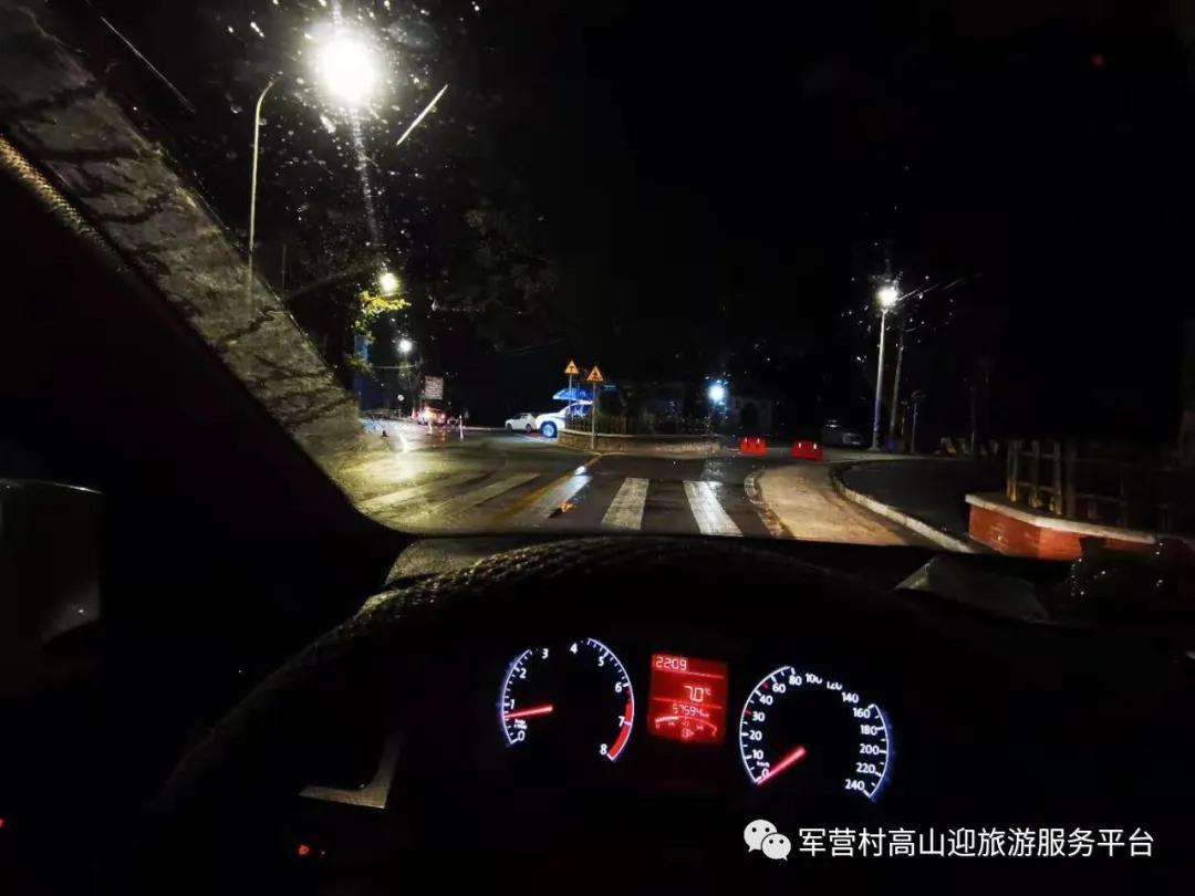 军营村下雪刷爆朋友圈,路口已经交通管制,不建议上山哦