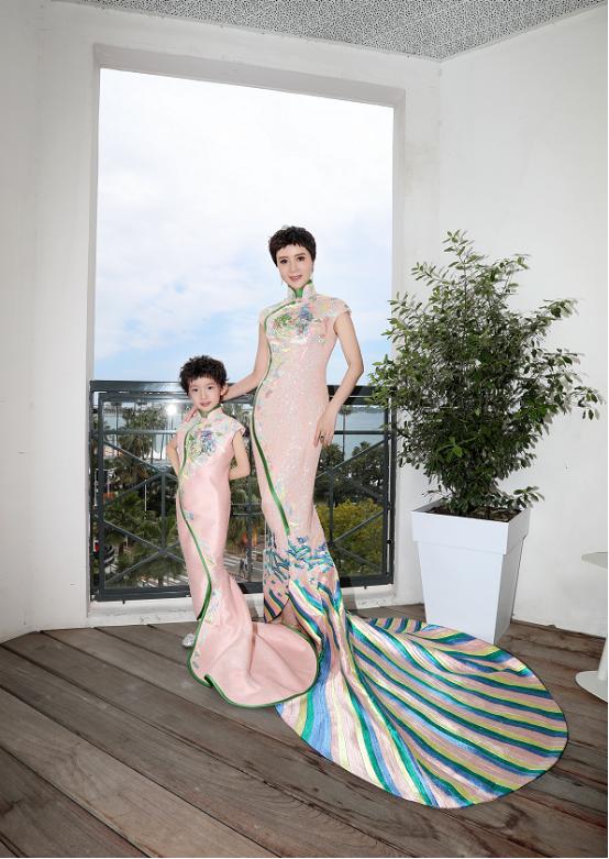 金巧巧和女儿真挺像,同穿旗袍长裙,好似复制粘贴变大小