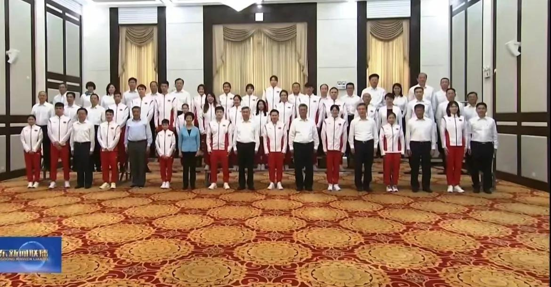 全场最矮+全场最小,14岁全红婵正襟危坐,回广东受领导热情接见