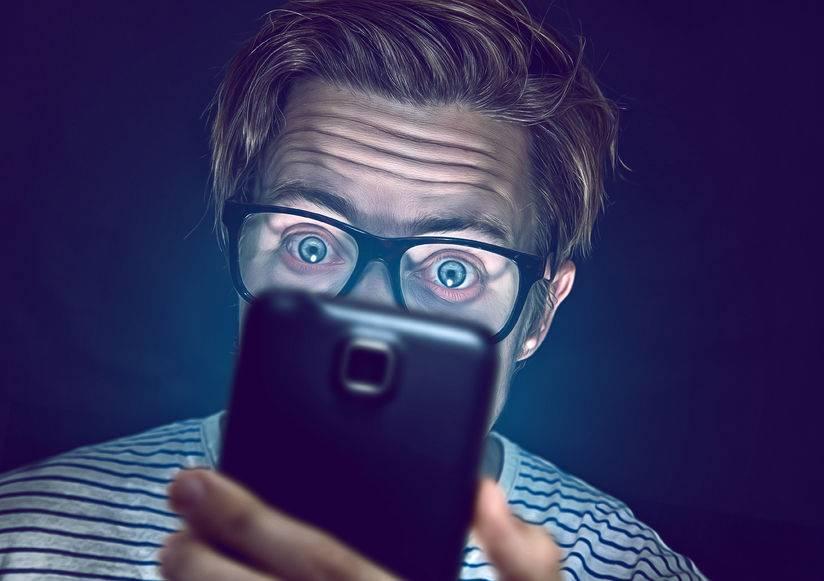 严重会引发眼癌?若你能扛得住这5个后果,尽情晚上关灯看手机