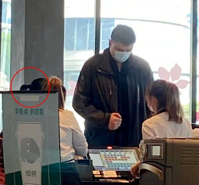 姚明攜女兒外出,他身高突兀10歲女兒身高超1米7,側臉太像爸爸