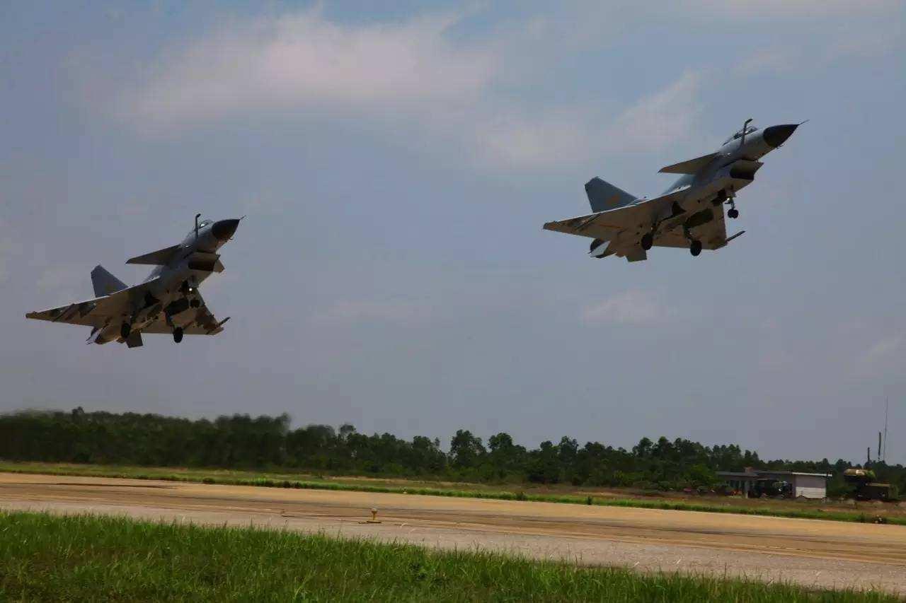 军报披露一起战机撞鸟事故:飞行员37秒3次规避居民区后跳伞