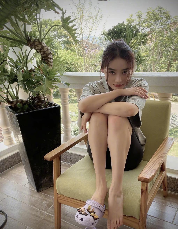 袁姗姗真是个大大咧咧的女孩,男友风T恤配骑行裤,随意自在