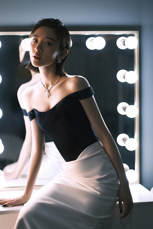 唐艺昕 穿行其间,一字肩黑白拼接花苞裙,中和利落率真与柔美之感
