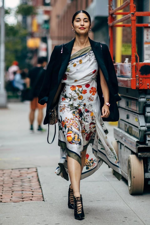 """入秋后火了一种穿搭,叫""""印花裙+外套"""",遮肉显高还减龄"""