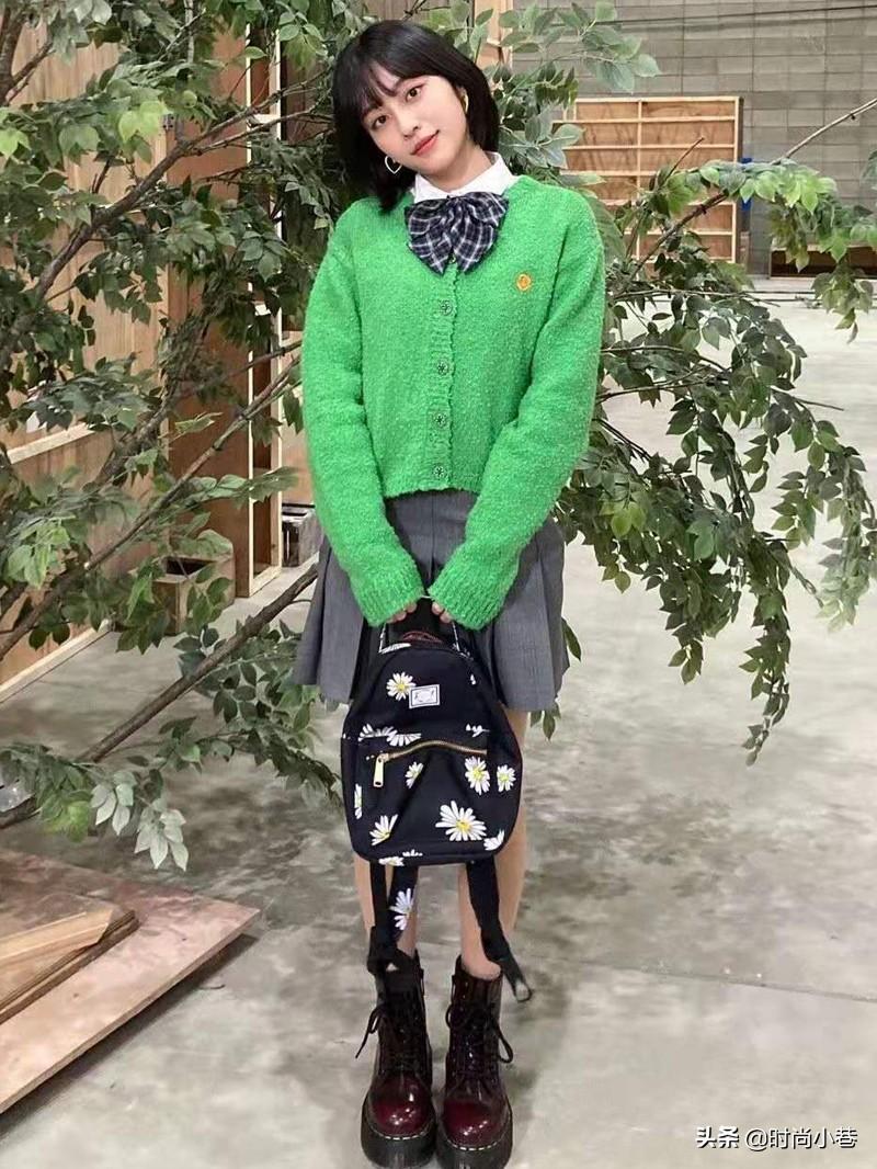 《女神降臨》校園風穿搭公式,百褶裙+針織衫,一招解決脫衣尷尬