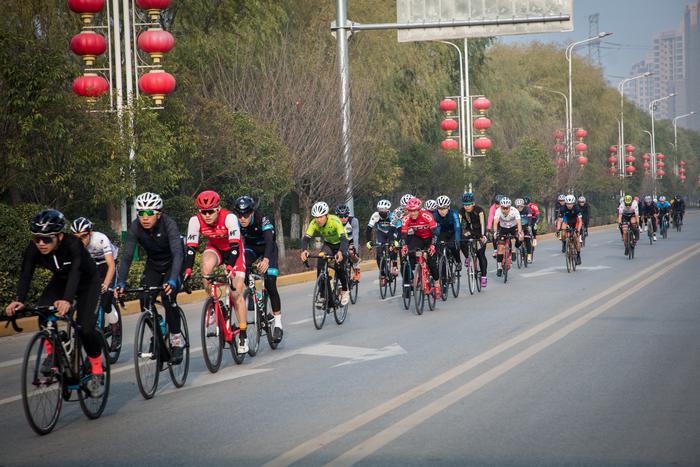 西安灞桥区第五届生态湿地公园自行车赛鸣枪开赛