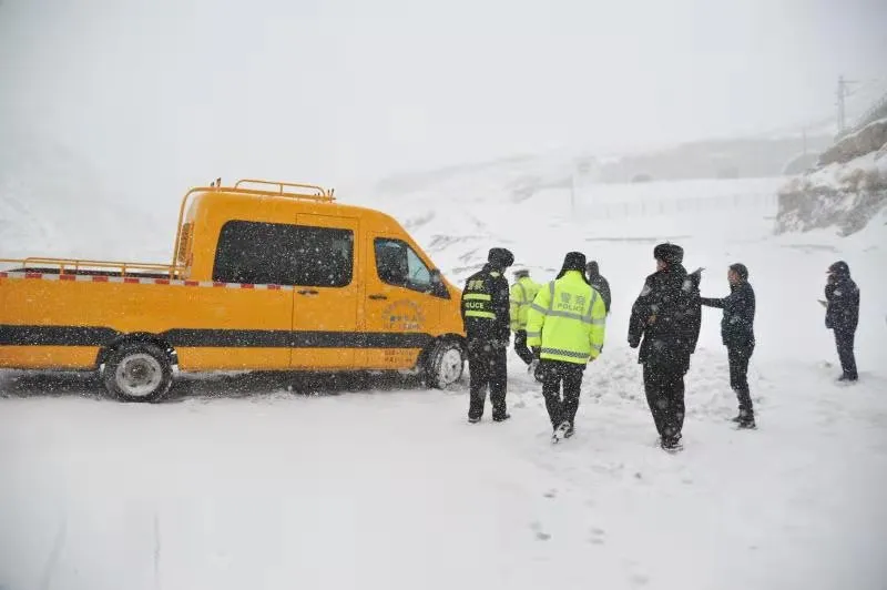 甘肃一地突降雨雪 积雪达25厘米 车辆滞留 人员受困