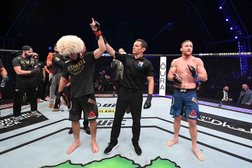 小鹰三角绞锁晕平头蝉联UFC冠军,取29连胜,意外宣布退役