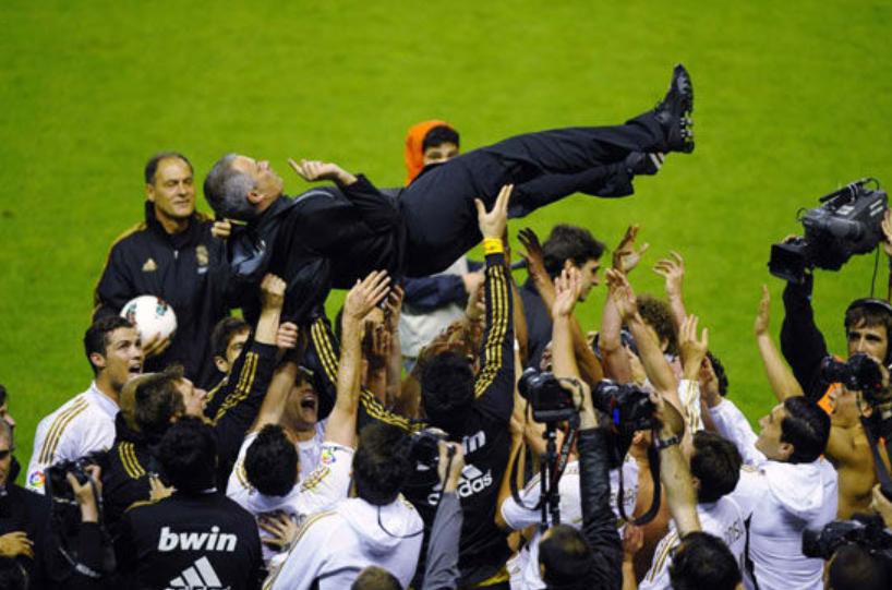 同样是黯然离场,为什么穆里尼奥在皇马和曼联的待遇截然相反