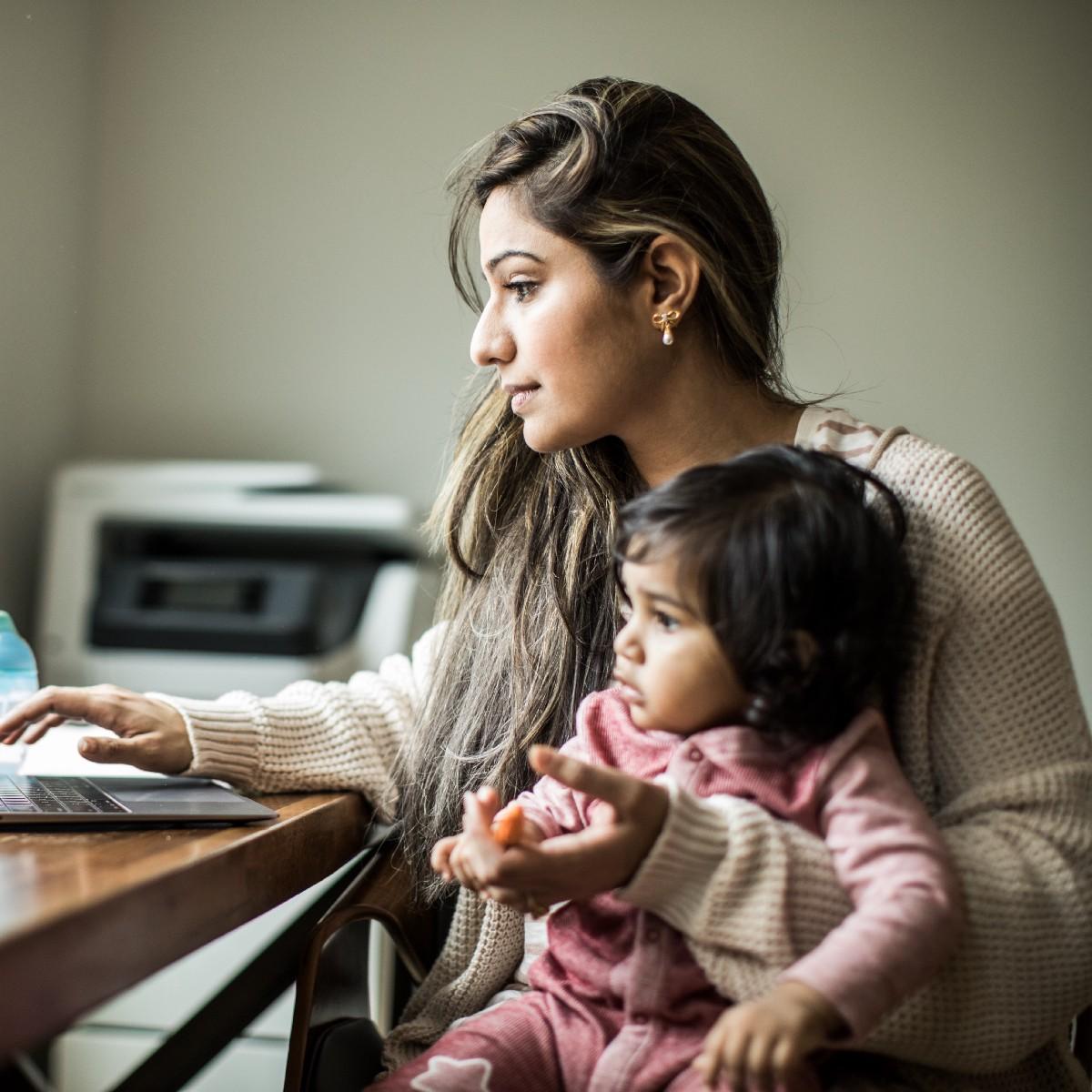 回不去:当疫情迫使职场妈妈在家带娃,女性就业水平将倒退40年?