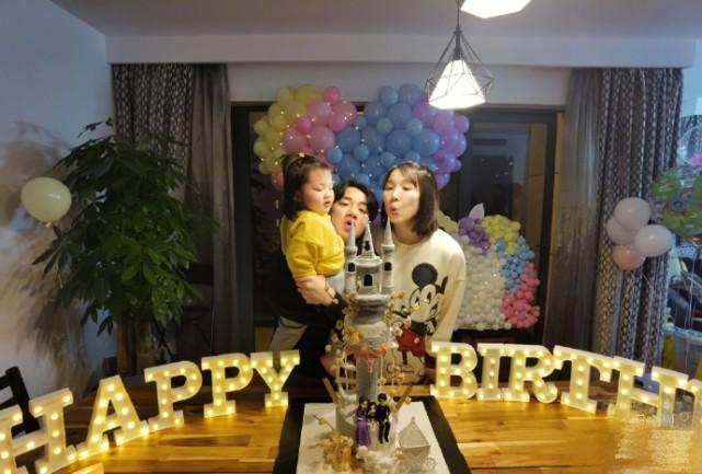 王祖藍邀好友為老婆慶生,一家三口同吹蠟燭,李亞男超大孕肚搶鏡