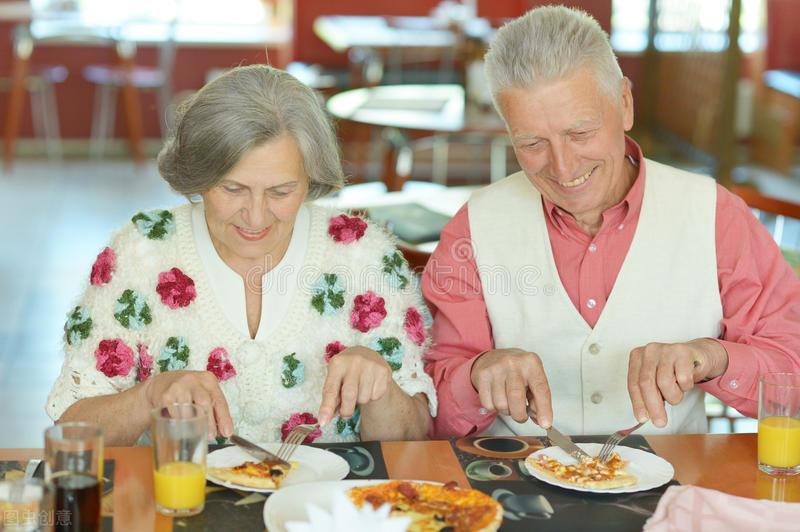 老年人该怎么补充蛋白质?营养师:常吃6种食物,一般不会缺乏