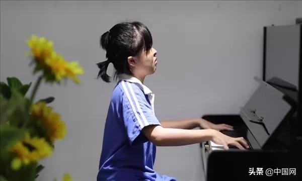 奇迹的诞生!失明女孩考取英皇钢琴8级,系全国首位