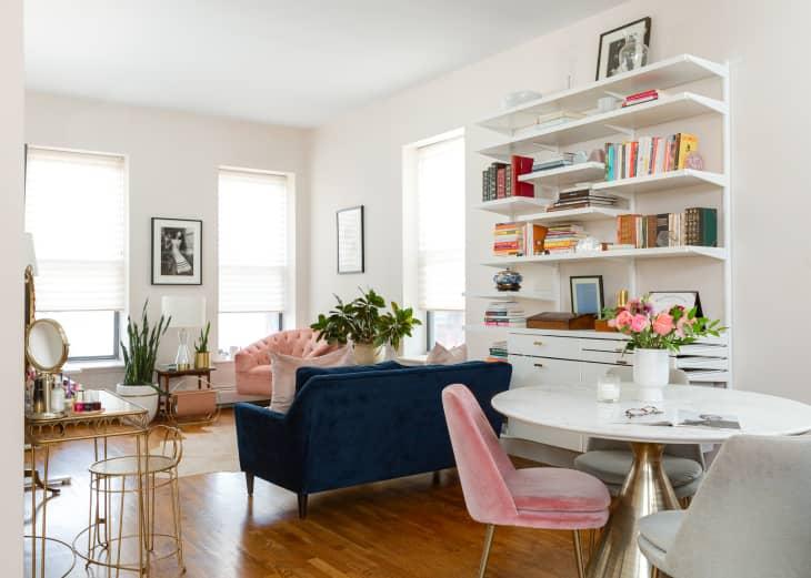 难以相信这么小的客厅居然可以安放书架