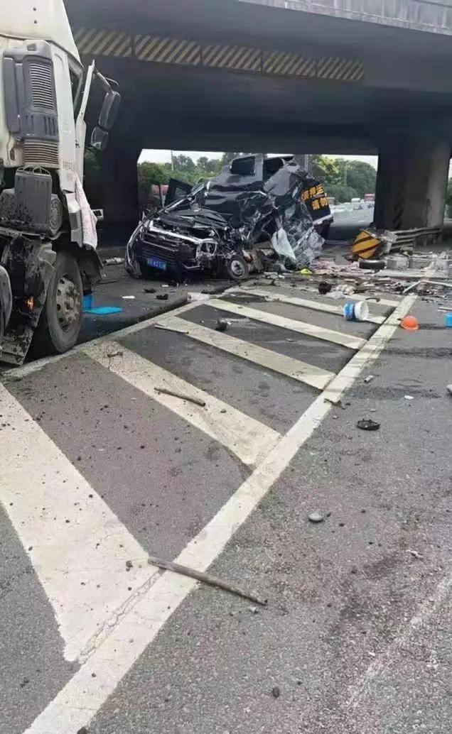 现金撒落一地,江苏运钞车与货车相撞,面目全非车头变形致2死4伤