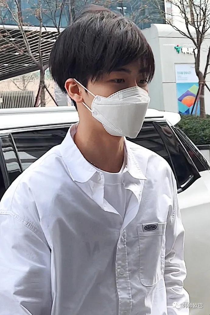 黑发配上白衬衫的这位男团爱豆,完全是学生时代帅气学长的氛围