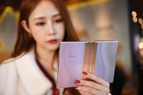 感受折叠屏的魅力柔宇x艺术家邹操联名款FlexPai 2图赏