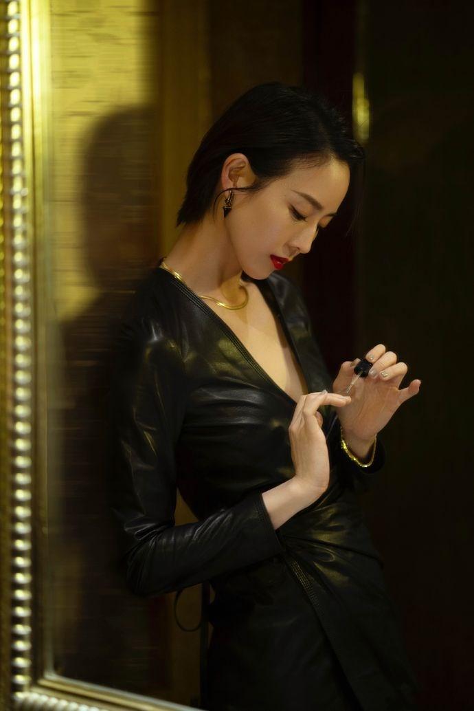张钧甯黑色皮裙搭配金色项链,红唇短发再加上眼神杀,简直太飒了