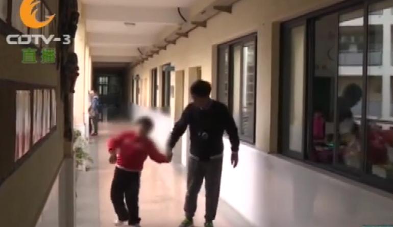 小孩患病无法走路,老师抱着他上体育课,这一抱就是两年