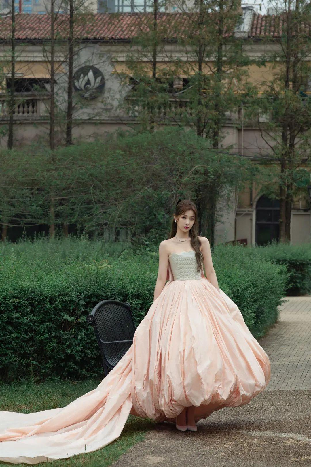 虞书欣说是女团门面不过分吧?穿一袭花苞抹胸裙,看着像在逃公主