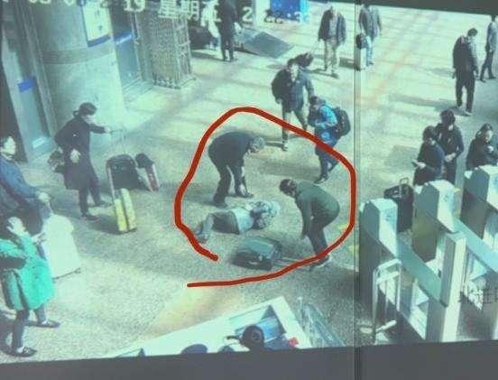 被行李箱绊倒去世家属索赔被驳回,判的好