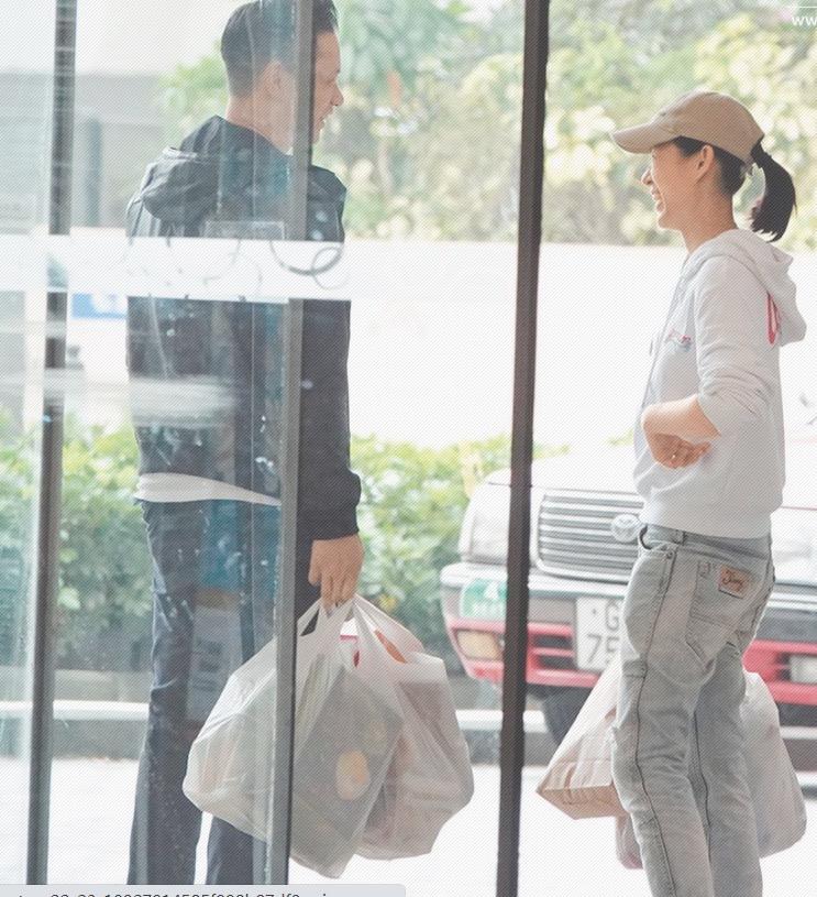 胡杏兒素顏與老公挽手逛超市購物,兩人有說有笑,夫妻感情和睦