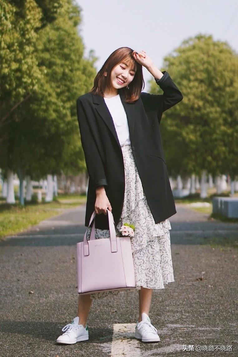 """最近火了一种穿法:""""碎花裙+小白鞋"""",优雅又时尚,回头率十足"""